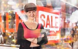 Attraktiv mogen bra seende kvinnastående äganderätt för home tangent för affärsidé som guld- ner skyen till london uk Royaltyfria Foton
