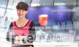 Attraktiv mogen bra seende kvinnastående äganderätt för home tangent för affärsidé som guld- ner skyen till london uk Royaltyfri Foto