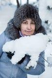 Attraktiv mogen Caucasian kvinnastående i snöig trä Arkivfoton