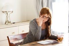 Attraktiv mogen kvinna som läser en bok Arkivfoton