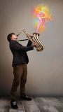 Attraktiv musiker som spelar på saxofonen med färgrikt abstrakt begrepp Royaltyfri Bild