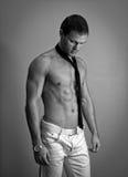 Attraktiv muskulös man som poserar med bandet Arkivbilder