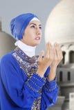 Attraktiv muslimflicka som ber på moskén Arkivbild