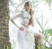 Attraktiv och delikat kvinna i regnskogen royaltyfri bild