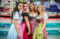 Attraktiv och glad woamn på tysk Oktoberfest Arkivfoto