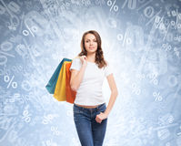Attraktiv och lycklig shoppingflicka för barn, med påsar Arkivbild