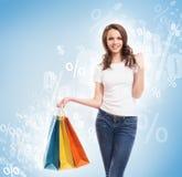 Attraktiv och lycklig shoppingflicka för barn, med påsar Arkivfoton