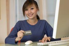 attraktiv online-shoppingkvinna Royaltyfria Foton