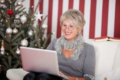 Attraktiv pensionär som använder en bärbar dator Royaltyfria Foton
