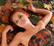 attraktiv redhead för höstklänningflicka Royaltyfri Foto