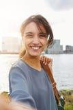 Attraktiv selfie och le för ung kvinna talande Arkivfoto