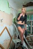 Attraktiv sexig blond kvinna med puncheren Royaltyfri Bild
