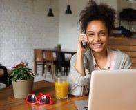 Attraktiv Sie Frau, die zu Hause am Telefon spricht Lizenzfreie Stockfotografie