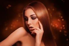 Attraktiv sinnlig brun hårkvinna med stängda ögon i studio Arkivfoton