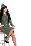 Attraktiv skämtsam yrkesmässig ung tappning Pin Up Model Posing i militär likformig Royaltyfria Bilder
