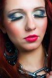 attraktiv skjuten kvinna för kvinnlighuvudmakeup modell Arkivbild