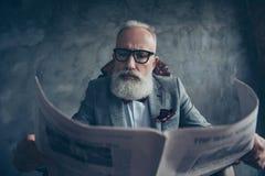 Attraktiv, smart, kall gammal affärsman i exponeringsglas och omslag r arkivfoto