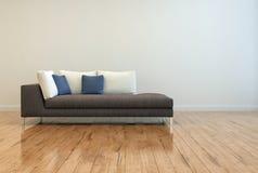 Attraktiv soffa med kuddar på tomt vardagsrumrum Royaltyfri Foto