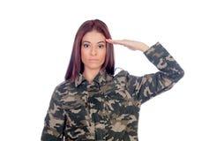 Attraktiv soldat som ger en militär honnör royaltyfria bilder