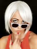 attraktiv solglasögon som slitage kvinnabarn Royaltyfri Bild