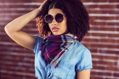 attraktiv solglasögon som slitage kvinnabarn Arkivbilder