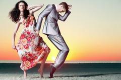 attraktiv solnedgång för for för foto för modemodeller fotografering för bildbyråer