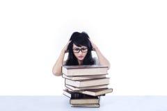 Attraktiv spänning för kvinnlig student som ser isolerade böcker - Fotografering för Bildbyråer
