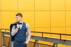 Attraktiv spenslig man i blåttdräkt Royaltyfri Fotografi