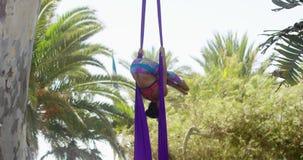 Attraktiv sportig akrobatisk dansare lager videofilmer