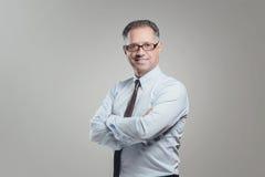 Attraktiv stående för affärsman på grå bakgrund Arkivfoton
