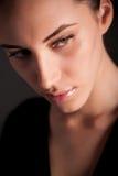 attraktiv stående för brunettflickamelancholic Arkivbilder