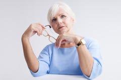 attraktiv ståendepensionärkvinna royaltyfri fotografi