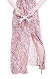 Attraktiv stilfull modell som tillbaka rymmer den machanical skiftnyckeln på henne Royaltyfri Bild
