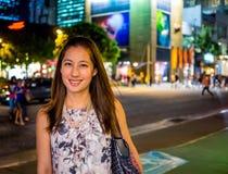 Attraktiv, stilfull trendig ung asiatisk kvinnafönstershopping Fotografering för Bildbyråer