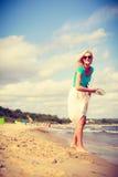 attraktiv strandkvinna Arkivfoto