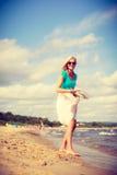 attraktiv strandkvinna Arkivbild