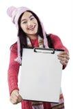 Attraktiv student som visar den tomma skrivplattan Royaltyfri Foto