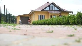 Attraktiv sund familj som tycker om hålla passformen tillsammans cykla utomhus lager videofilmer