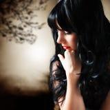 Attraktiv svart haired kvinna royaltyfria bilder