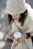 Attraktiv svart haired kvinna som använder telefonen Arkivfoto