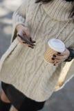 Attraktiv svart haired kvinna som använder telefonen Arkivfoton