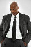 Attraktiv svart manlig i en modern affärsdräkt Arkivbilder