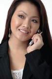 attraktiv talande kvinna för affärscelltelefon royaltyfria bilder
