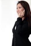 attraktiv talande kvinna för affärscelltelefon arkivfoto