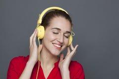 Attraktiv 20-talflicka för moderiktigt hörlurarbegrepp Royaltyfri Bild