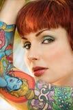 attraktiv tatuerad kvinna arkivbild