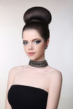 Attraktiv tonårig flicka med tättsittande halsband Modebrunett med skönhet M royaltyfri fotografi