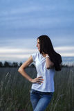 Attraktiv tonårig flicka utomhus arkivfoto