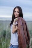 Attraktiv tonårig flicka utomhus royaltyfria foton