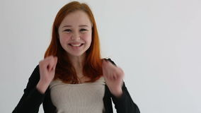 Attraktiv tonåringflickabifall och glat långsam rörelse stock video
